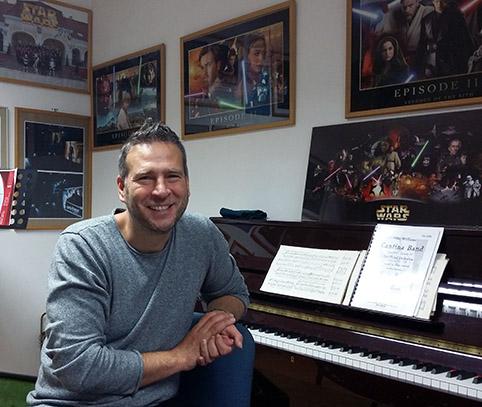 Széplaki Zoltán a zeneiskola Star Wars-termében